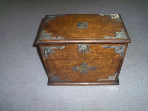 ANTIQUE OAK BOX.